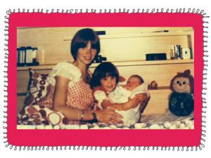 Mijn moeder, mijn zus Tamara en ik. Jammer genoeg staat mijn vader er niet op, er moest immers iemand die de foto maken :)